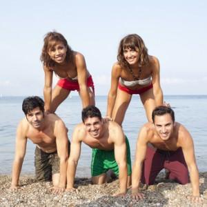 Menschenpyramide am Strand